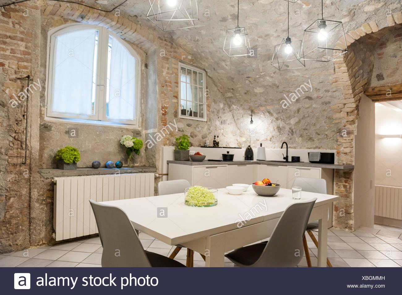 Intérieur de cuisine moderne dans maison ancienne en pierre ...