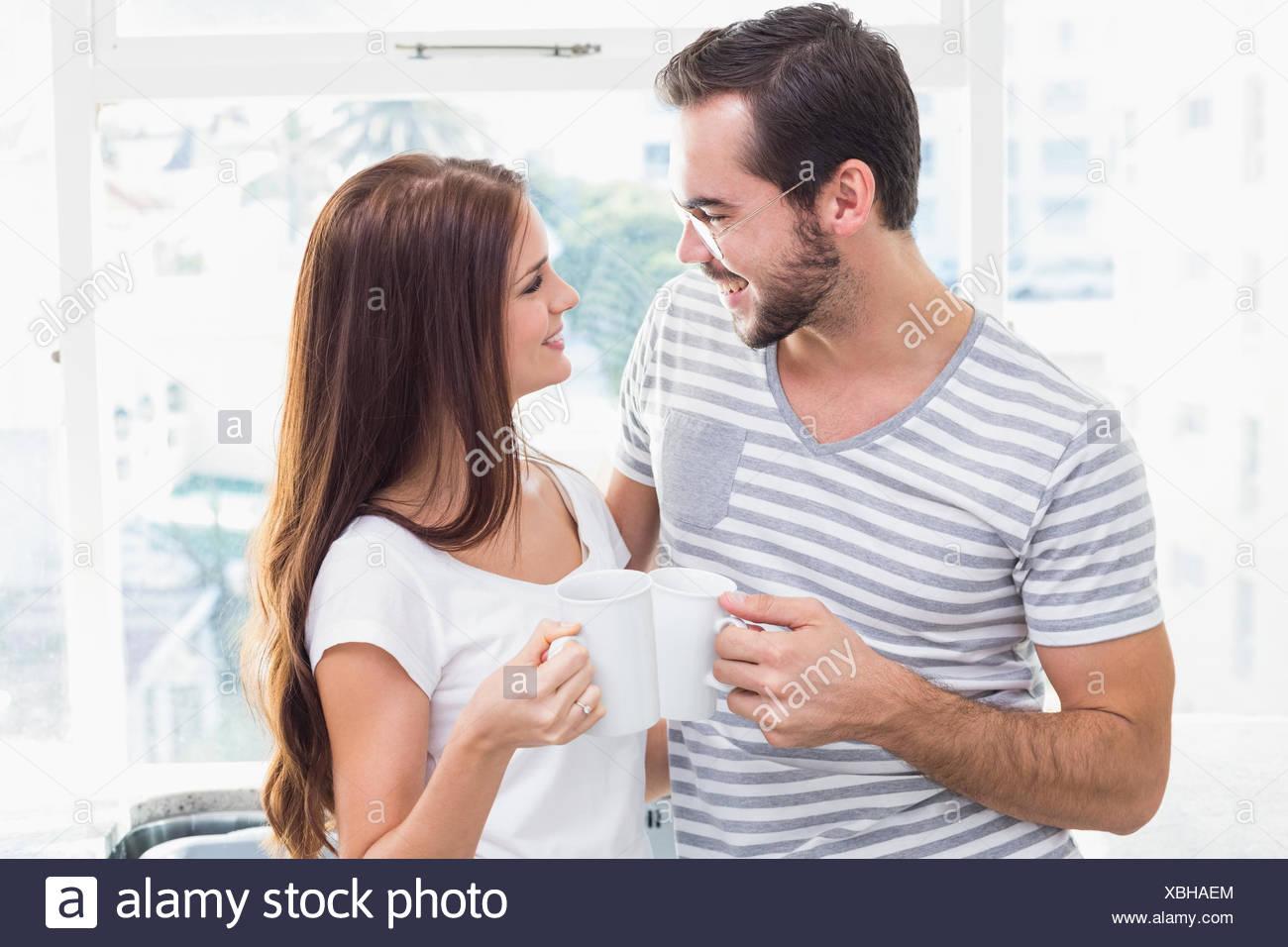 Jeune couple toasting leurs cafés Photo Stock
