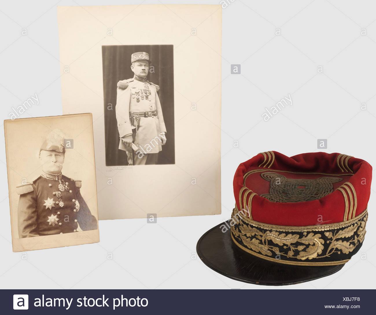 TROISIEME REPUBLIQUE 1870-1914, Képi de général de brigade, vers 1892-1900, calot et turban haut en drap rouge, bikini de drap noir brodé en cannetille ou sur un rang de feuilles de chêne, visière en cuir avec soutache ou, noeud hongrois à 5 brins et les ailettes verticales en soutache soutaches ou. Usures d'usage. On y joint 2 photographies de généraux, l'une du général Jeannerod en grande tenue 1872, et l'autre d'un général de brigade en 1921, , Additional-Rights tunique-Clearences-NA Photo Stock