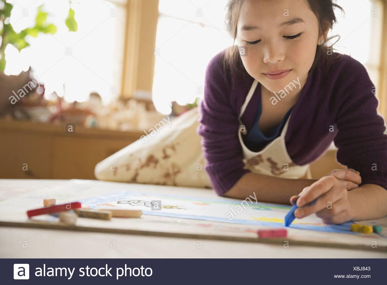Dessin au pastel fille dans la classe d'art Photo Stock