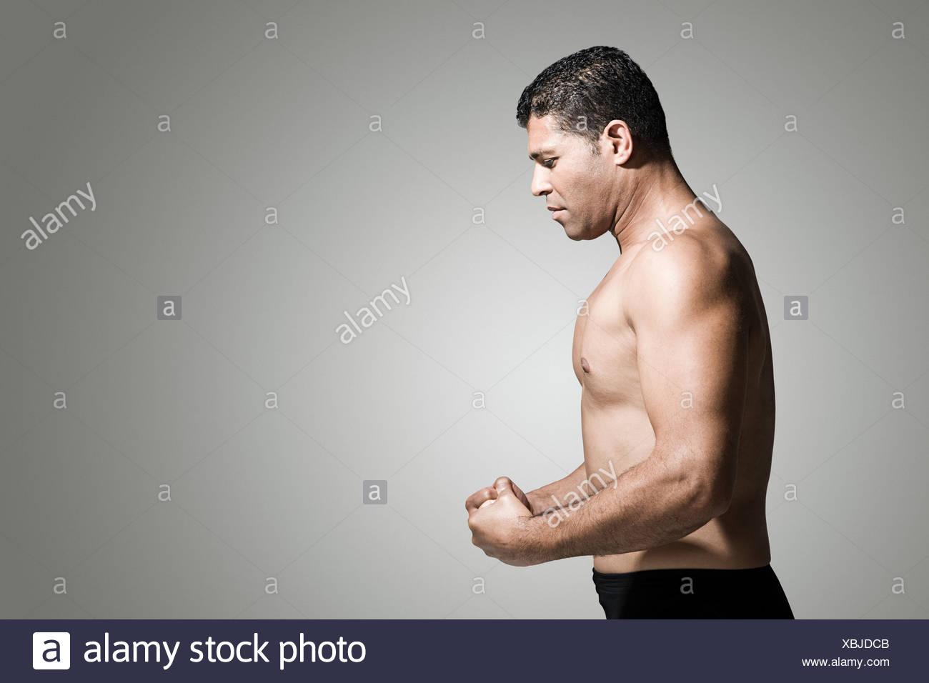 Profil d'un homme musclé Banque D'Images