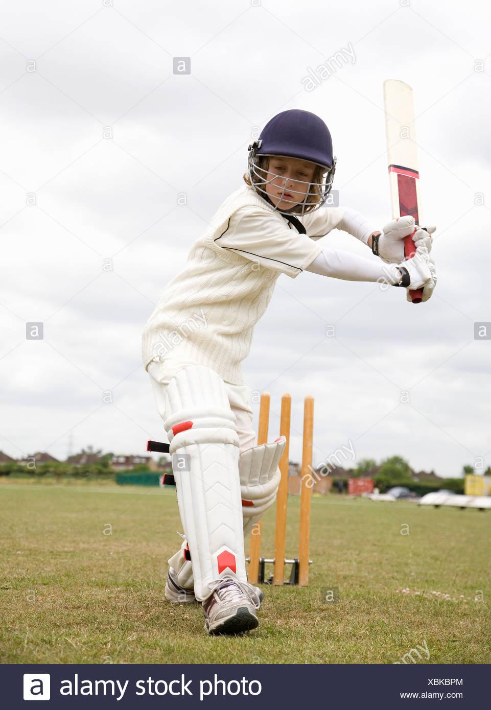 Boy (10-12) à jouer au cricket Photo Stock