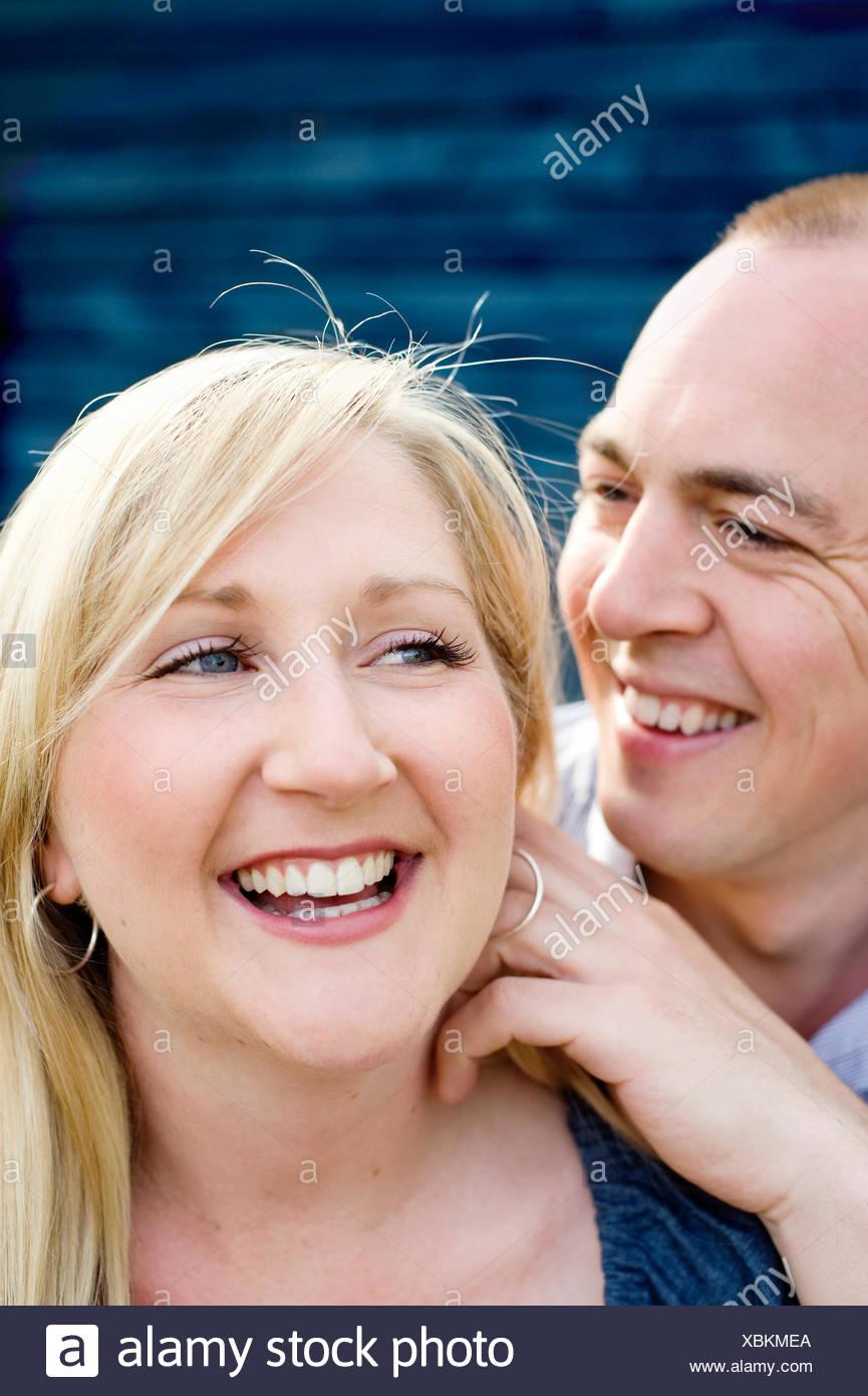 La Suède, Gastrikland, Sandviken, Smiling couple côte à côte Photo Stock