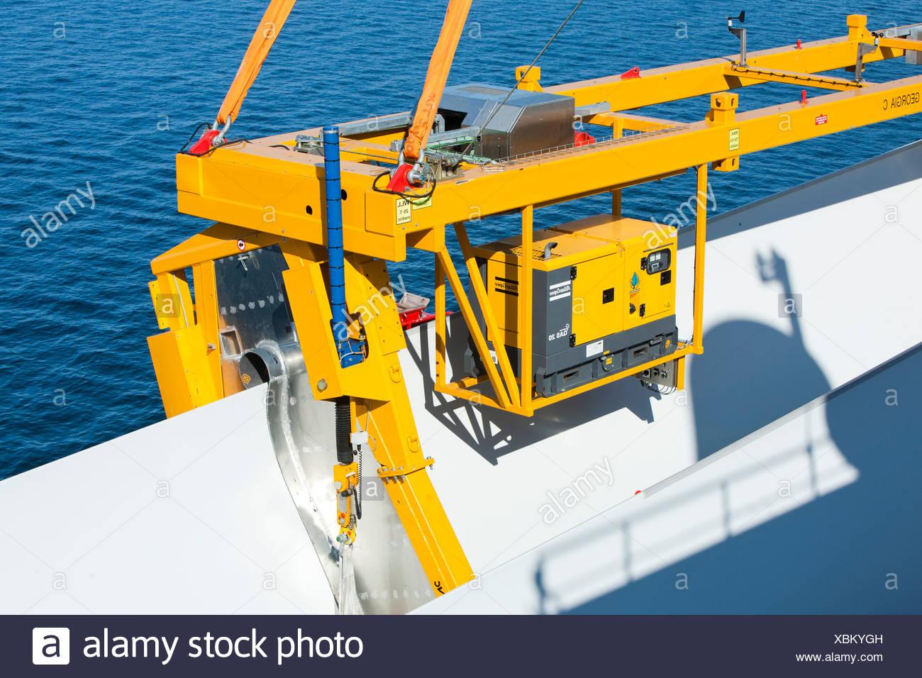 Le cric l'barge, Kraken, utilise une station de levage spécialiste pour soulever les pales de l'éolienne en place, pour l'éolien offshore Walney Photo Stock
