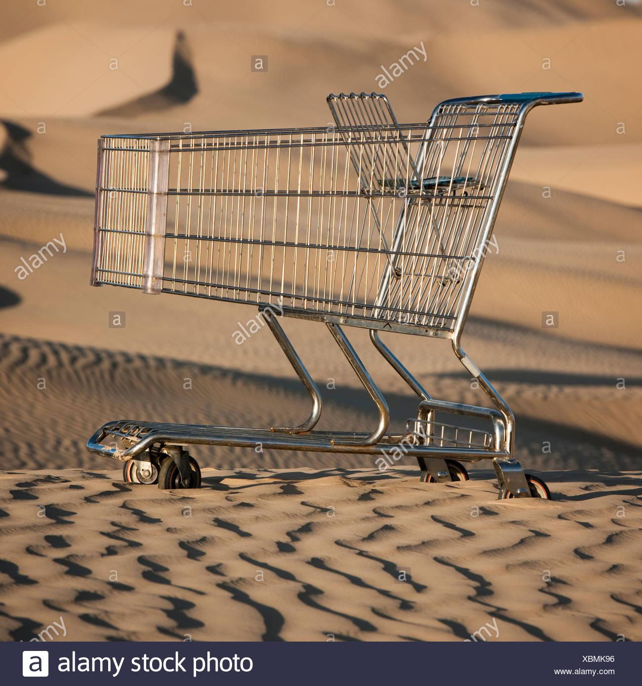 USA, Utah, little Sahara, chariot d'achat abandonné sur desert Photo Stock