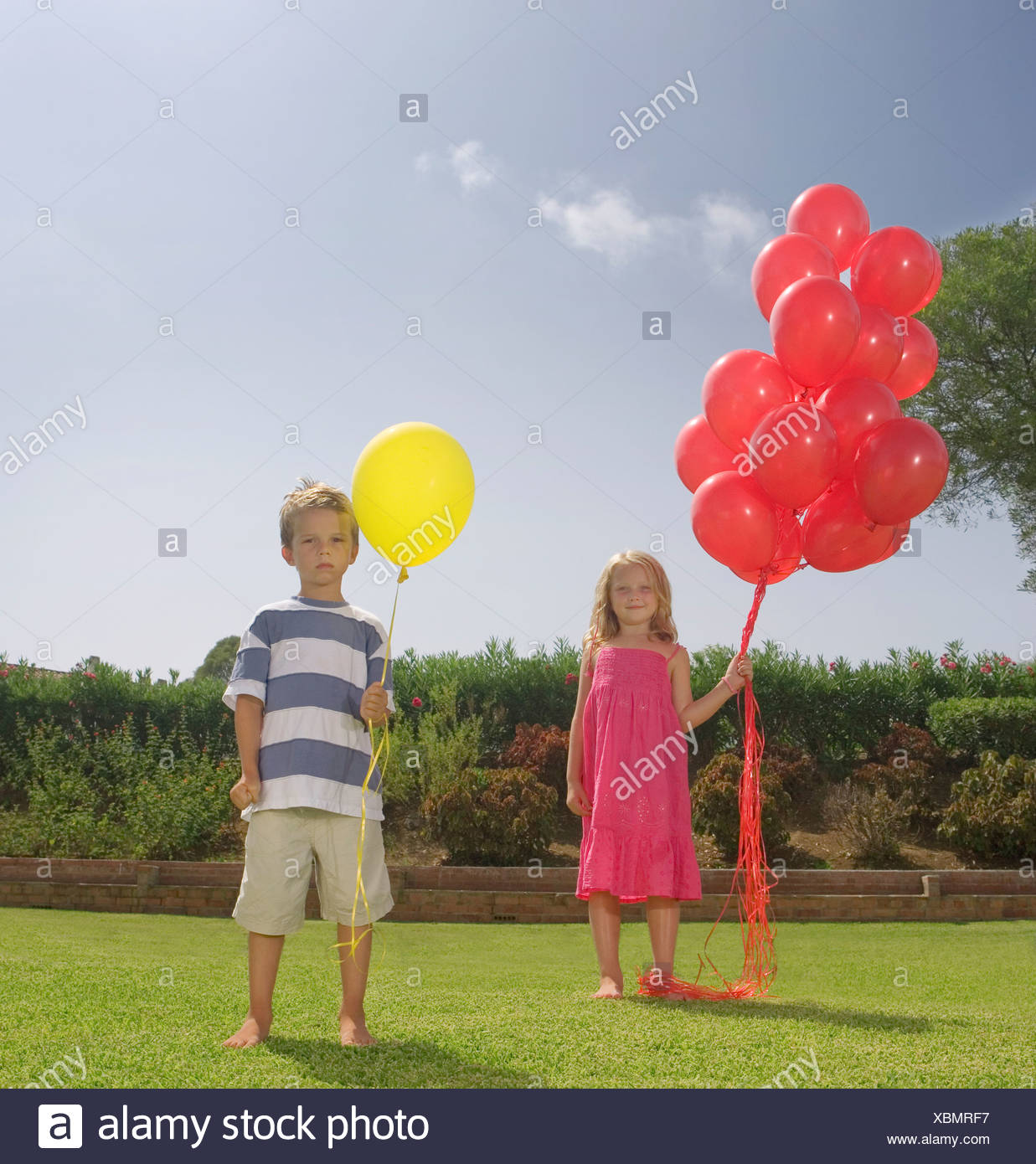 Les jeunes enfants holding red balloons Photo Stock