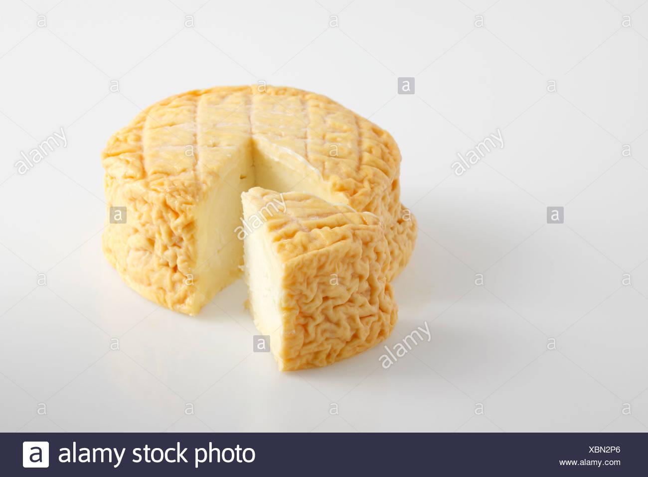 Slice et rond du Français Ami du Chambertin fromage au lait de vache Photo Stock