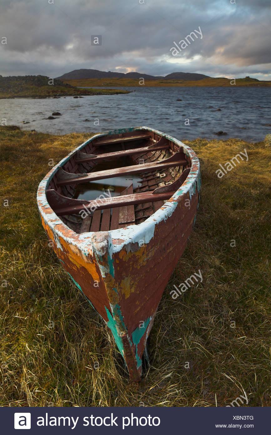 Bateau abandonné sur un loch écossais Photo Stock