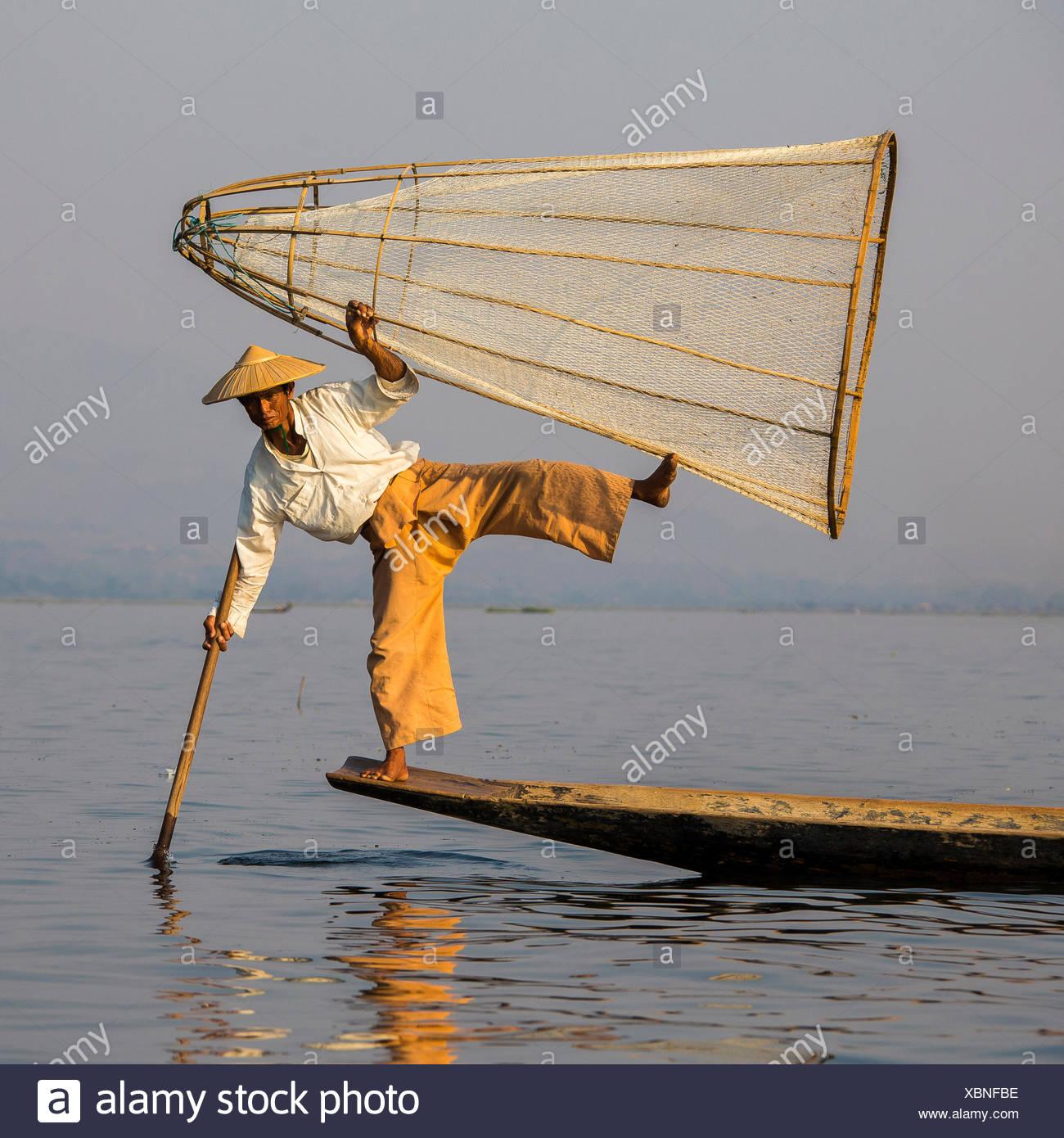 Style d'aviron de la jambe, ethnie Intha pêcheurs sur le lac Inle, Myanmar Photo Stock