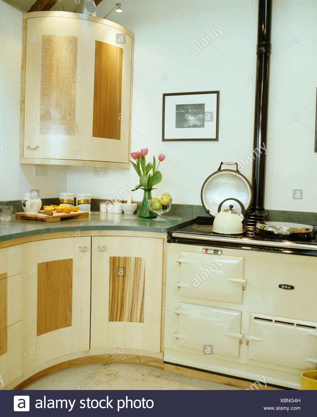 Chalet moderne dans Aga crème cuisine avec plan de travail ...
