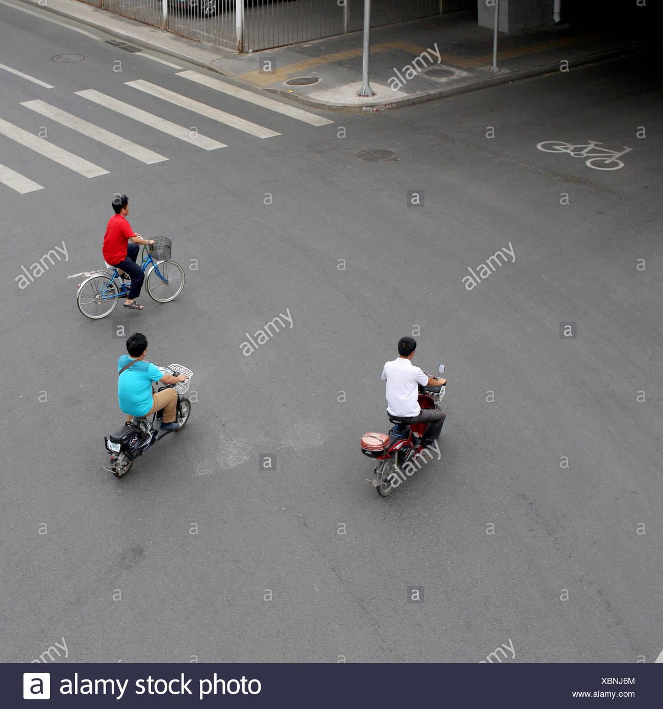 Les navetteurs sur une variété de deux-roues modes de transport. Photo Stock