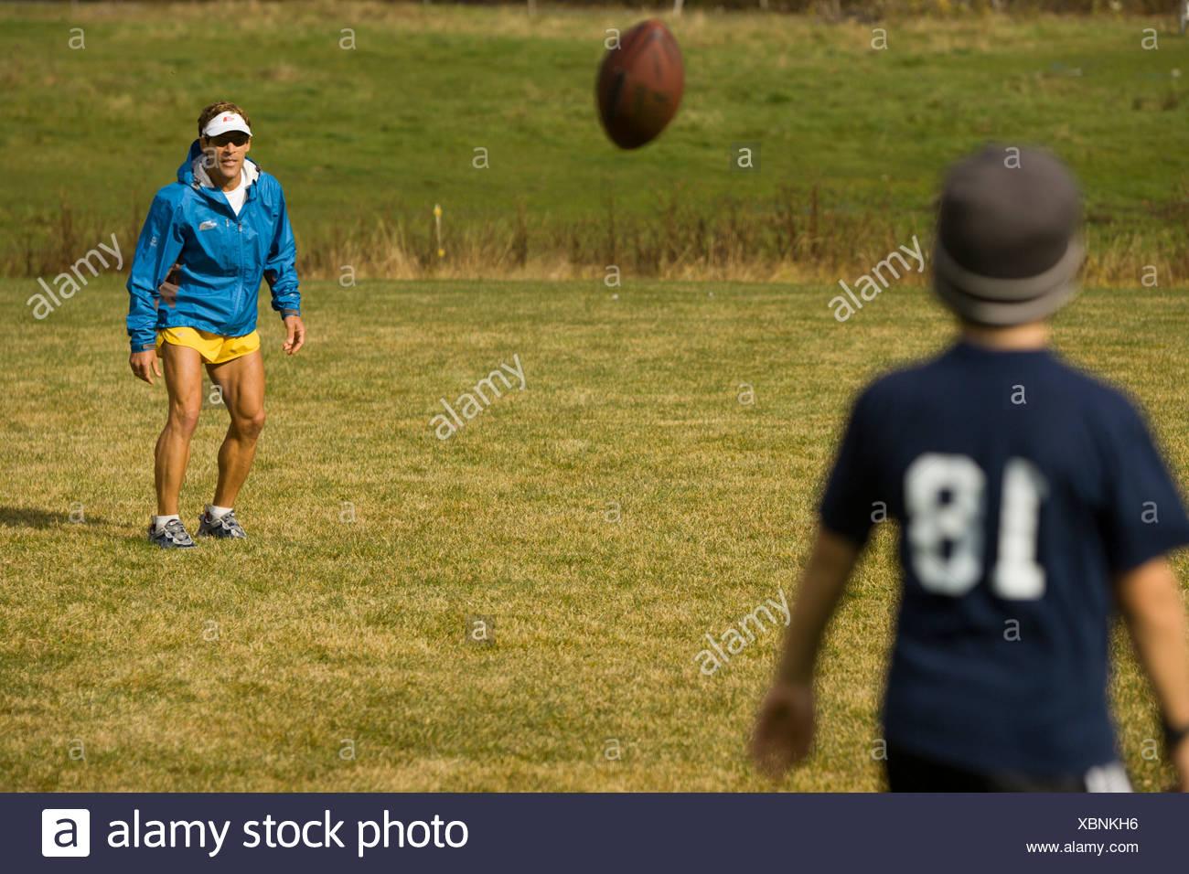 Man throwing a football avec son fils à Stowe, au Vermont. Photo Stock