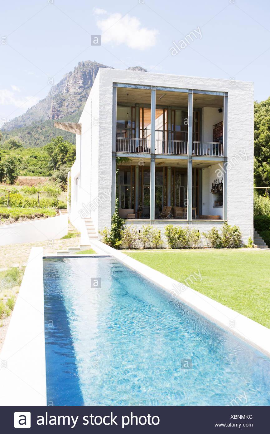 Maison moderne avec piscine dans un paysage rural Photo Stock