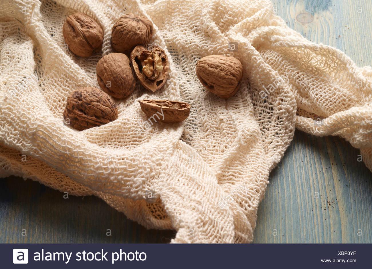 Les noix en bonneterie sur table Photo Stock