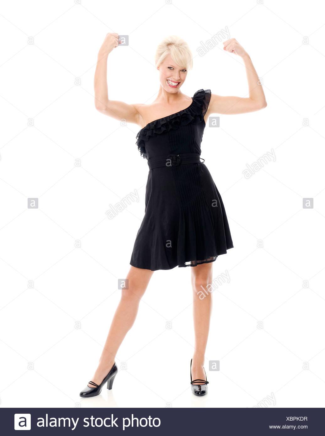 femme-portant-un-une-epaule-petite-robe-noire-avec-des-volants-et -des-chaussures-noires-bras-flechis-poings-serres-xbpkdr.jpg 2a244db5571