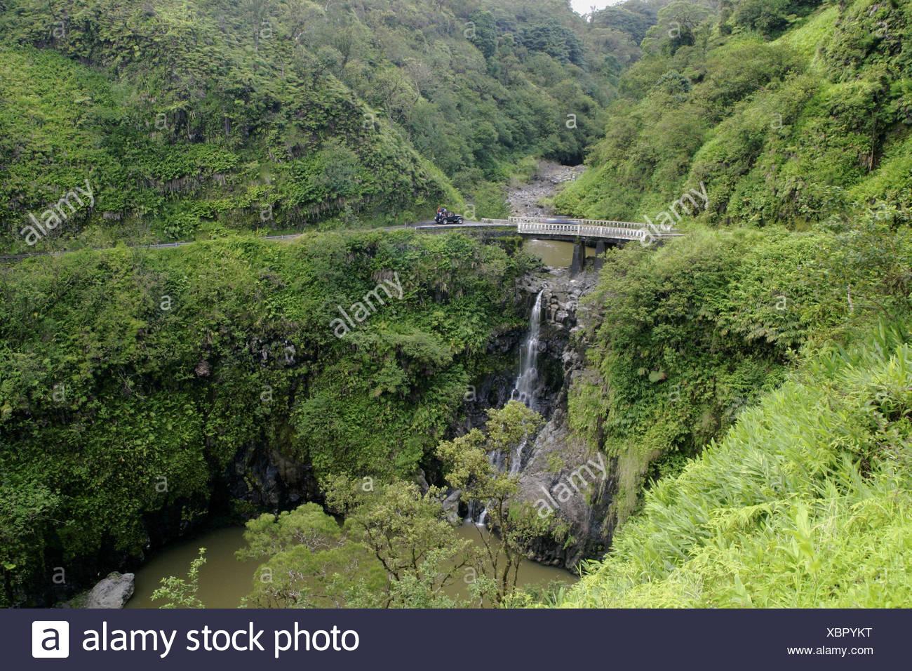 Des virages en épingle, des cascades, et des paysages à couper le souffle sont tous sur la route de Hana, Maui. Photo Stock