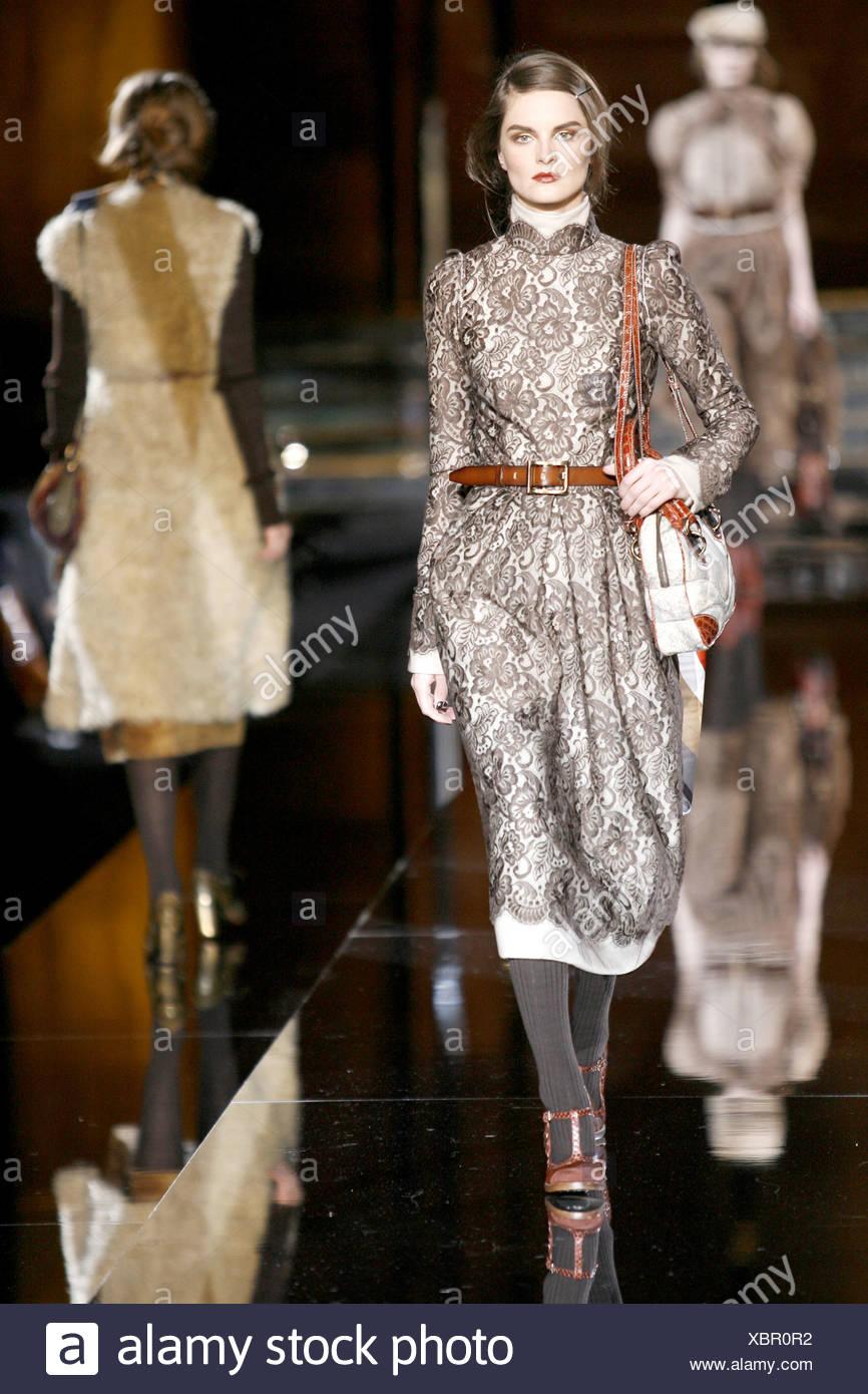 25408a2fa2f Dolce   Gabbana Prêt à Porter Automne Hiver modèle belge Anouck Lepere vêtu  de noir dentelle robe midi monochrome brown