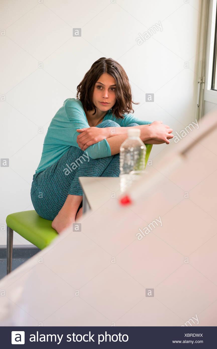 Patient déprimé femelle assis sur la chaise dans un hôpital Photo Stock