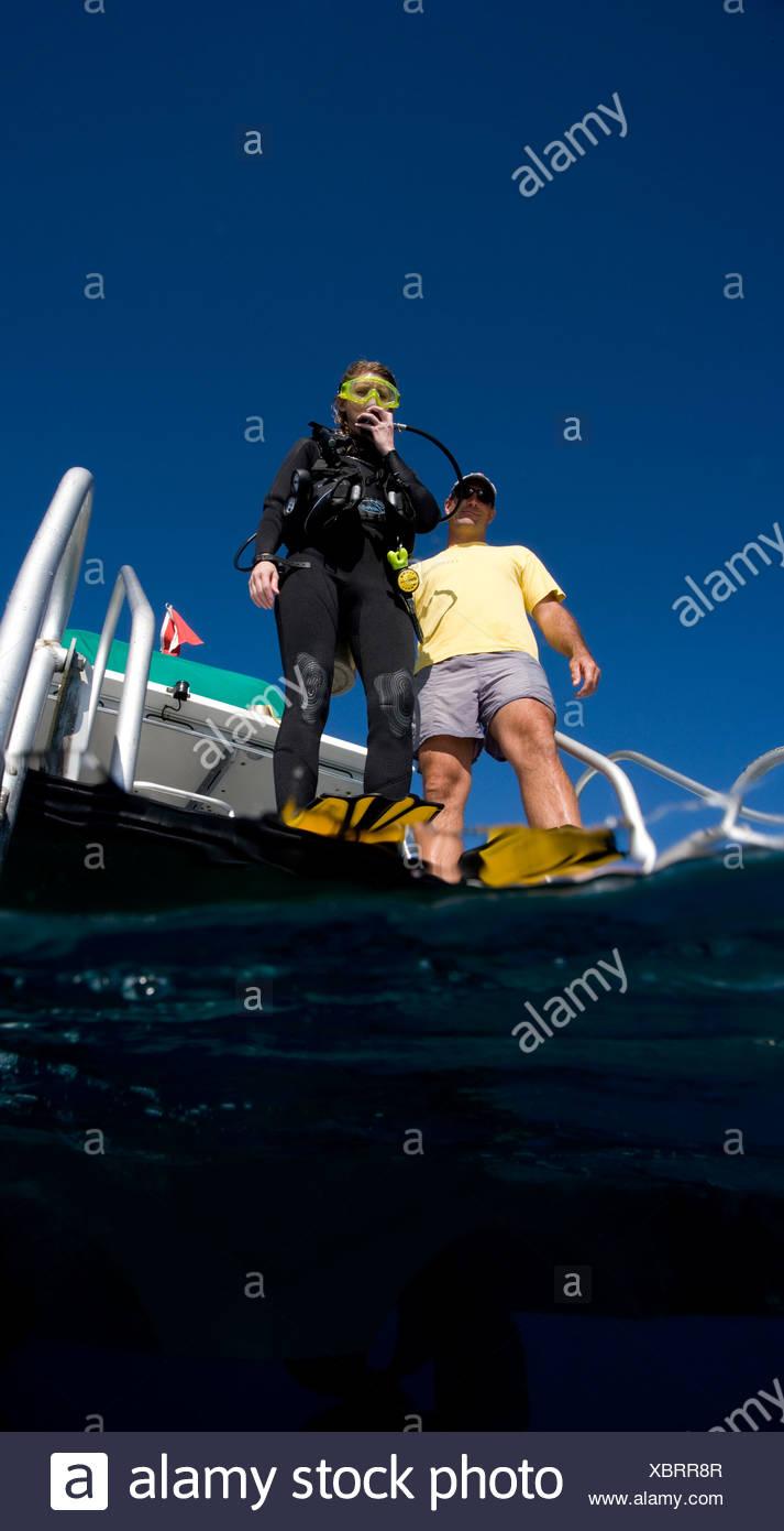 Scuba Diver prépare à grand pas l'entrée. Photo Stock