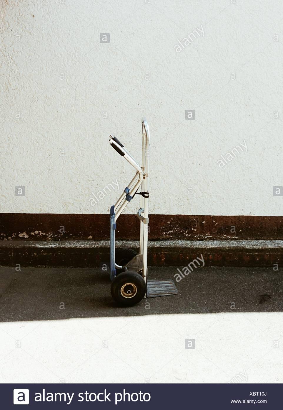 Vue latérale du véhicule objet contre le mur Photo Stock