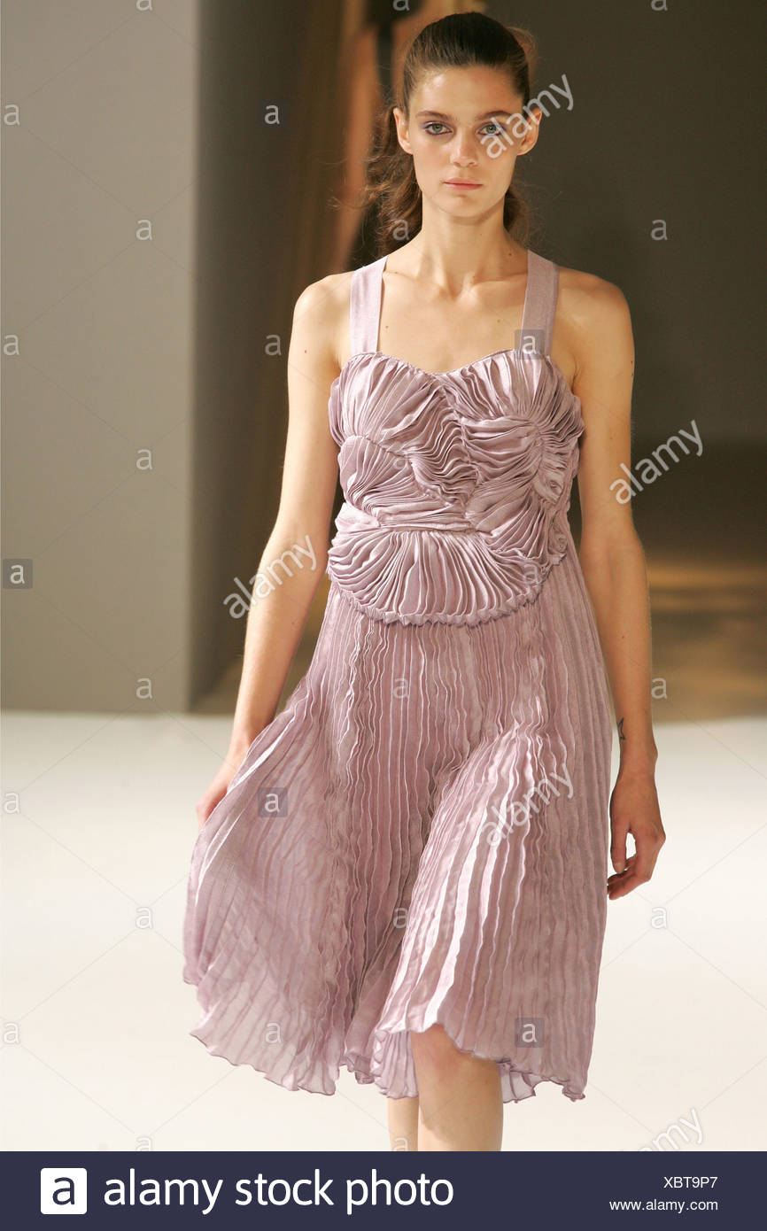734ad1a41a5 Sophia Kokosalaki Prêt à Porter Paris S S Modèle brunette cheveux visage  portant des bretelles robe vieux rose et dentelle