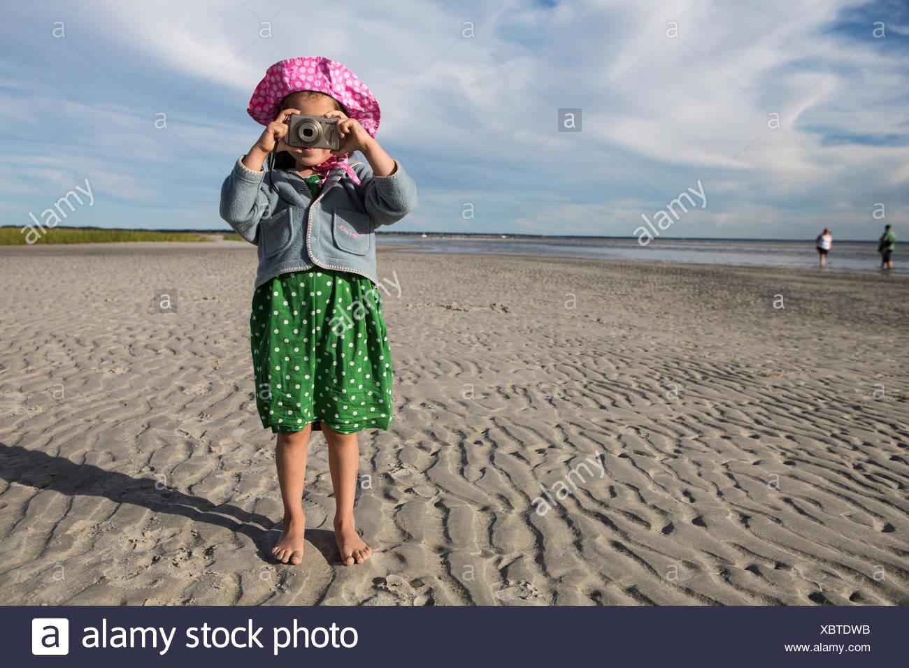 Une jeune fille prend des photos à la plage de Skaket. Photo Stock