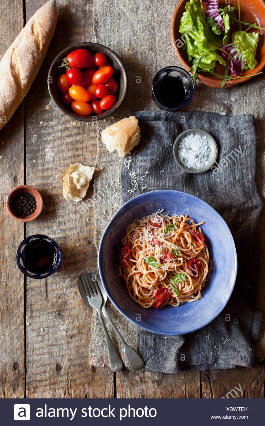 Spaghetti et salade avec du pain Photo Stock