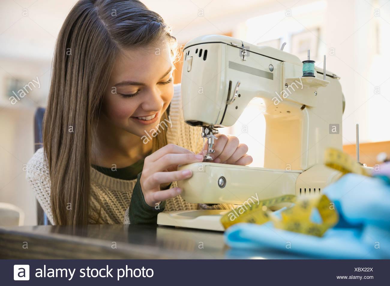 Machine à coudre à l'aide de jeune fille Photo Stock