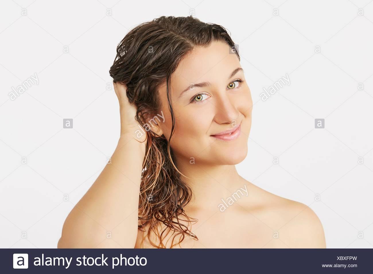 Jeune femme avec des cheveux humides Photo Stock