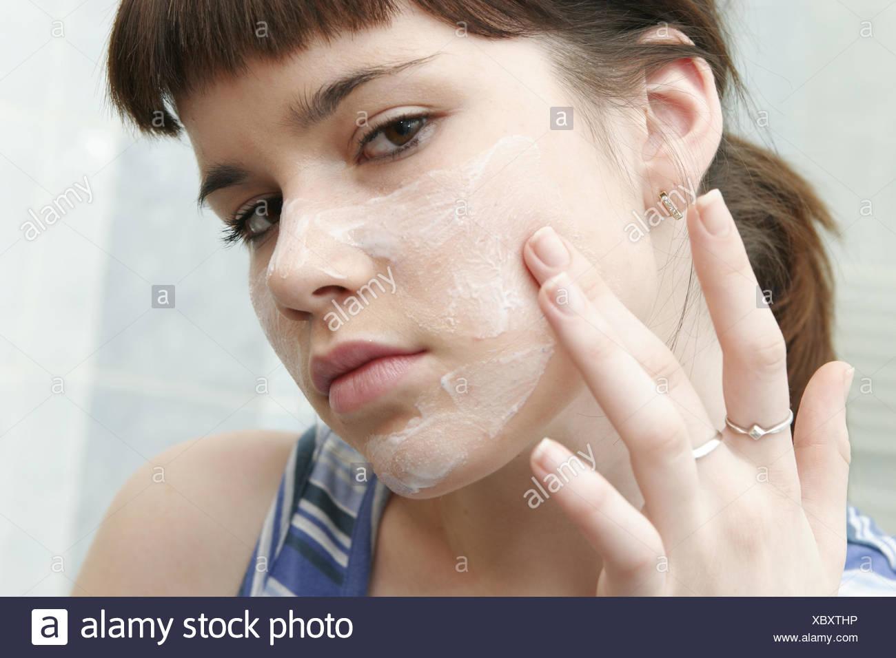 Badezimmer Frau Maedchen Adolescent Spiegel Gesicht Eincremen