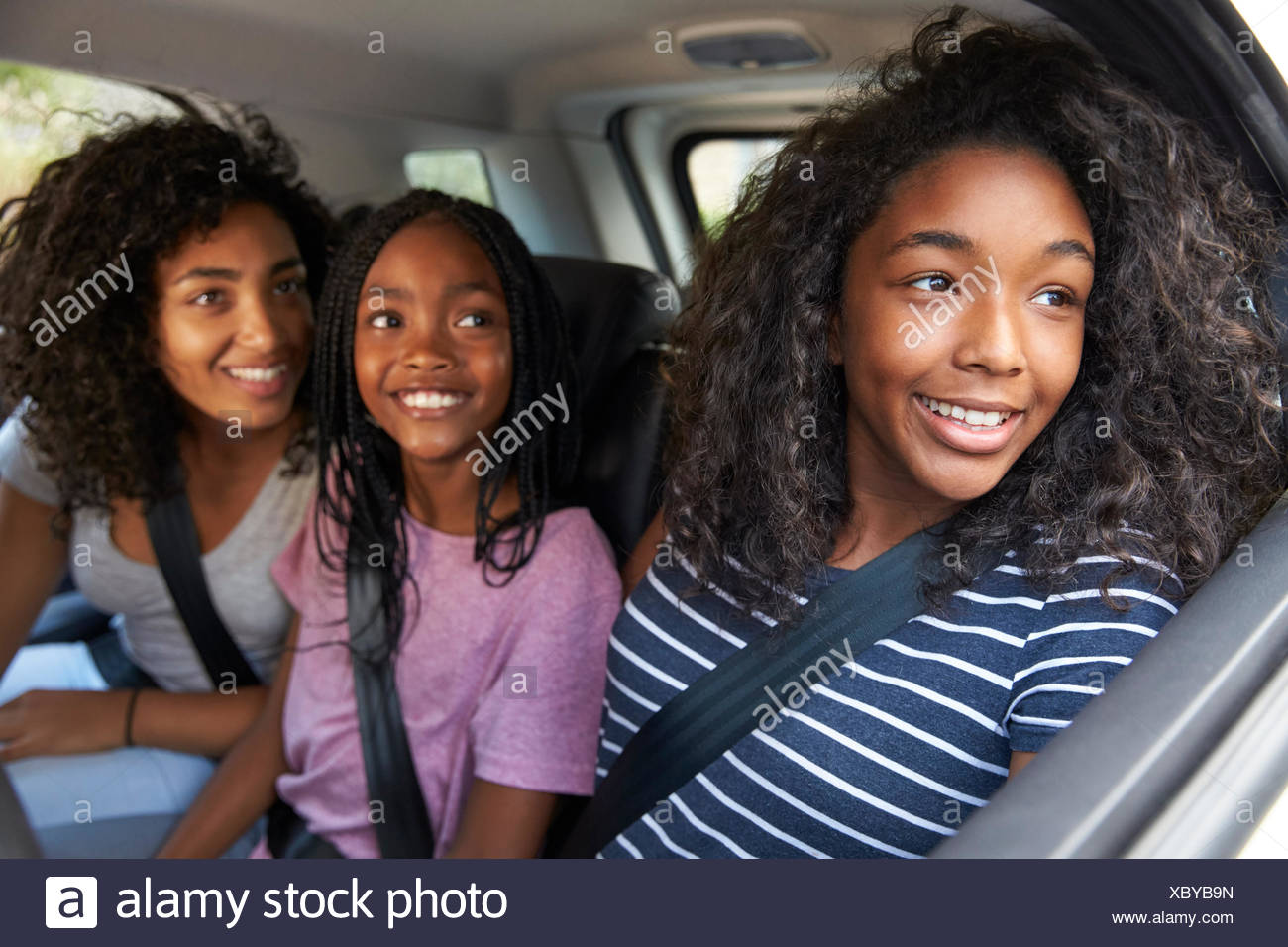 Famille avec adolescents en voiture sur la route Photo Stock