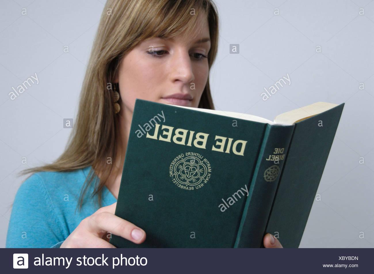 Woman Reading Bible la croyance religieuse la foi religieuse religion christianisme chrétiens croyants Banque D'Images