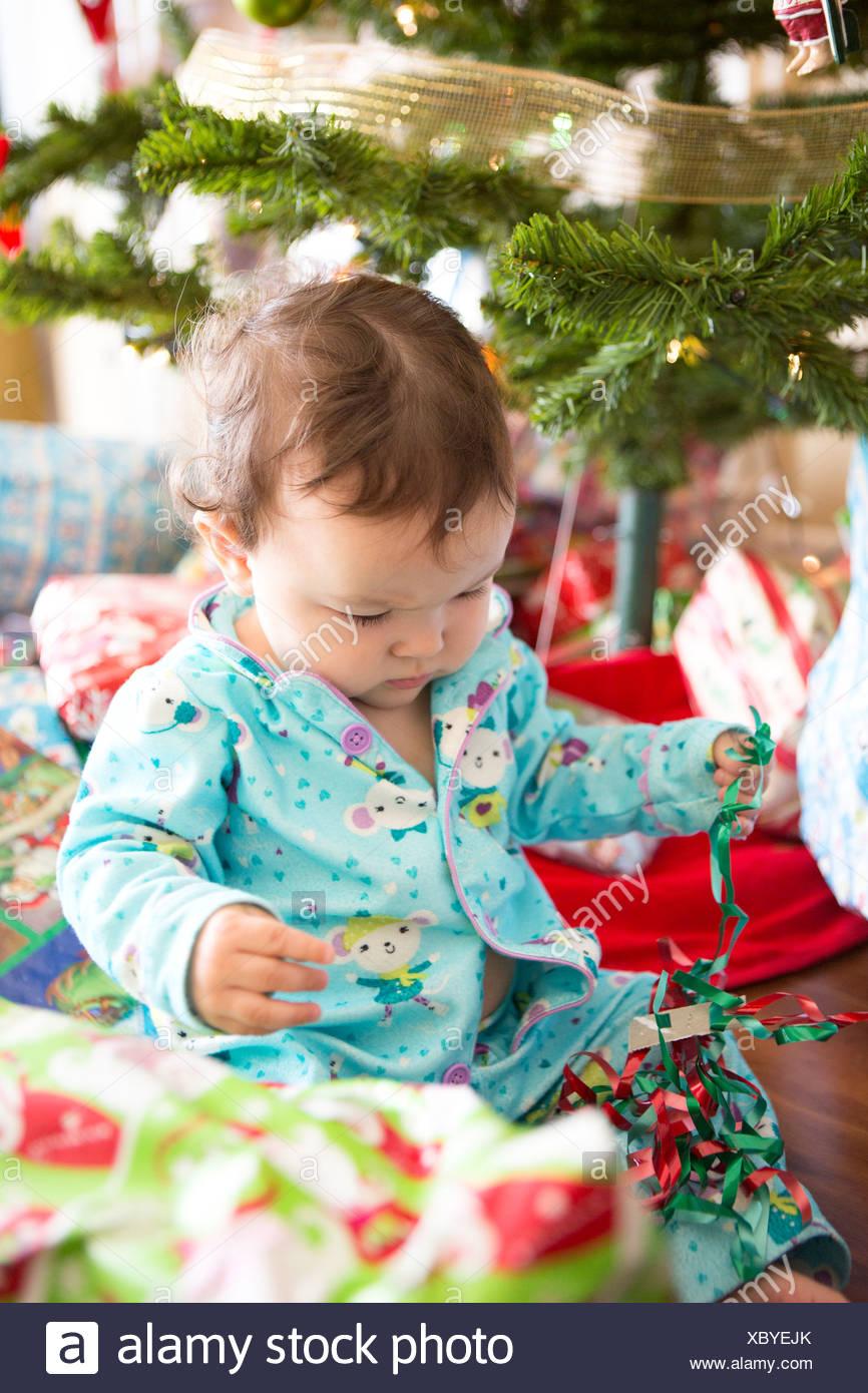 L'ouverture des cadeaux de noël bébé fille sur son premier Noël Banque D'Images