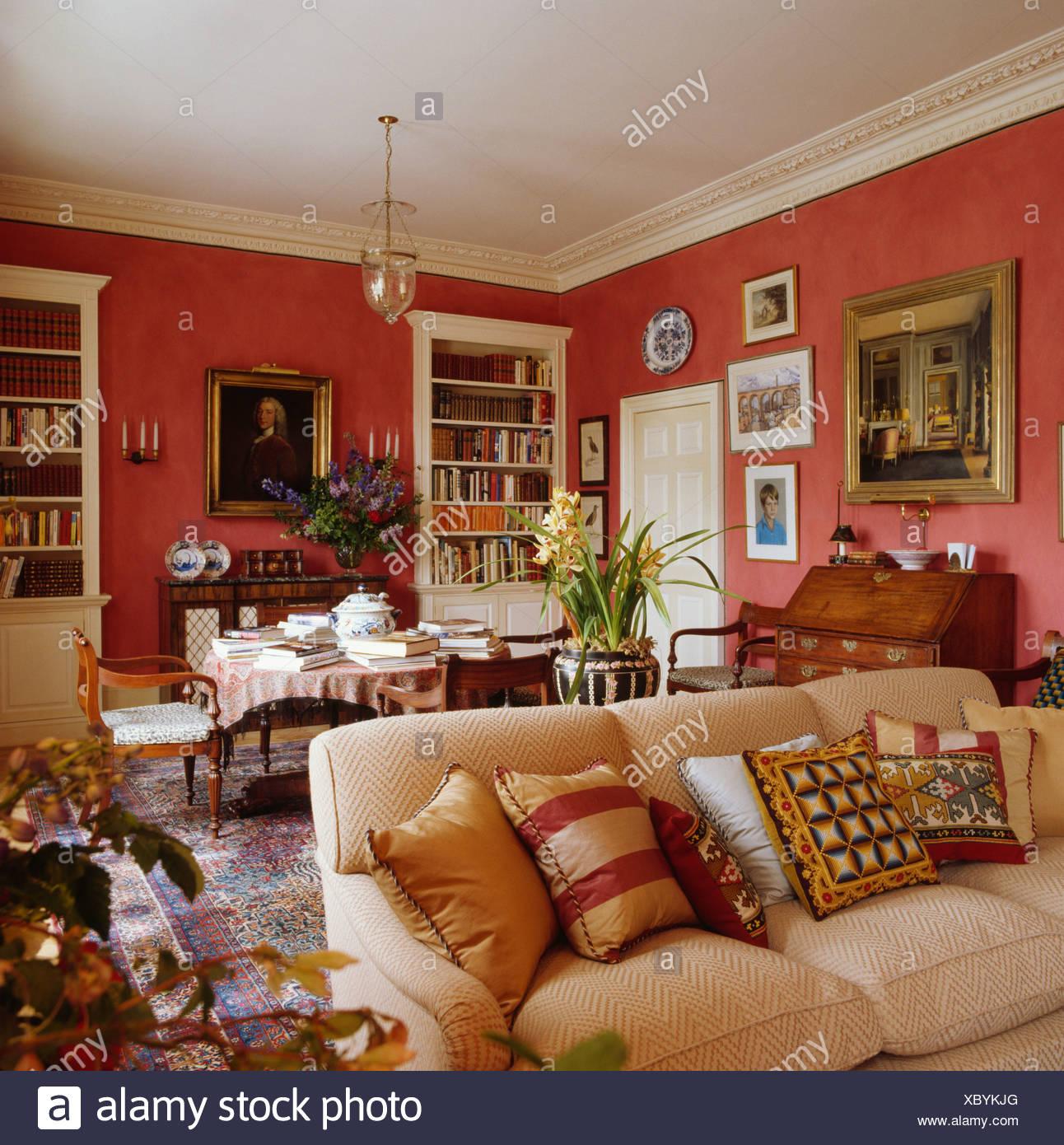 rouge traditionnel salon avec canap cr me empil avec coussins motifs banque d 39 images photo. Black Bedroom Furniture Sets. Home Design Ideas