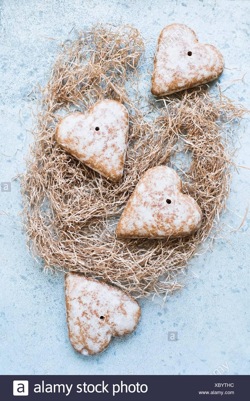 Vue de dessus d'épices biscuits en forme de cœur sur la paille Photo Stock