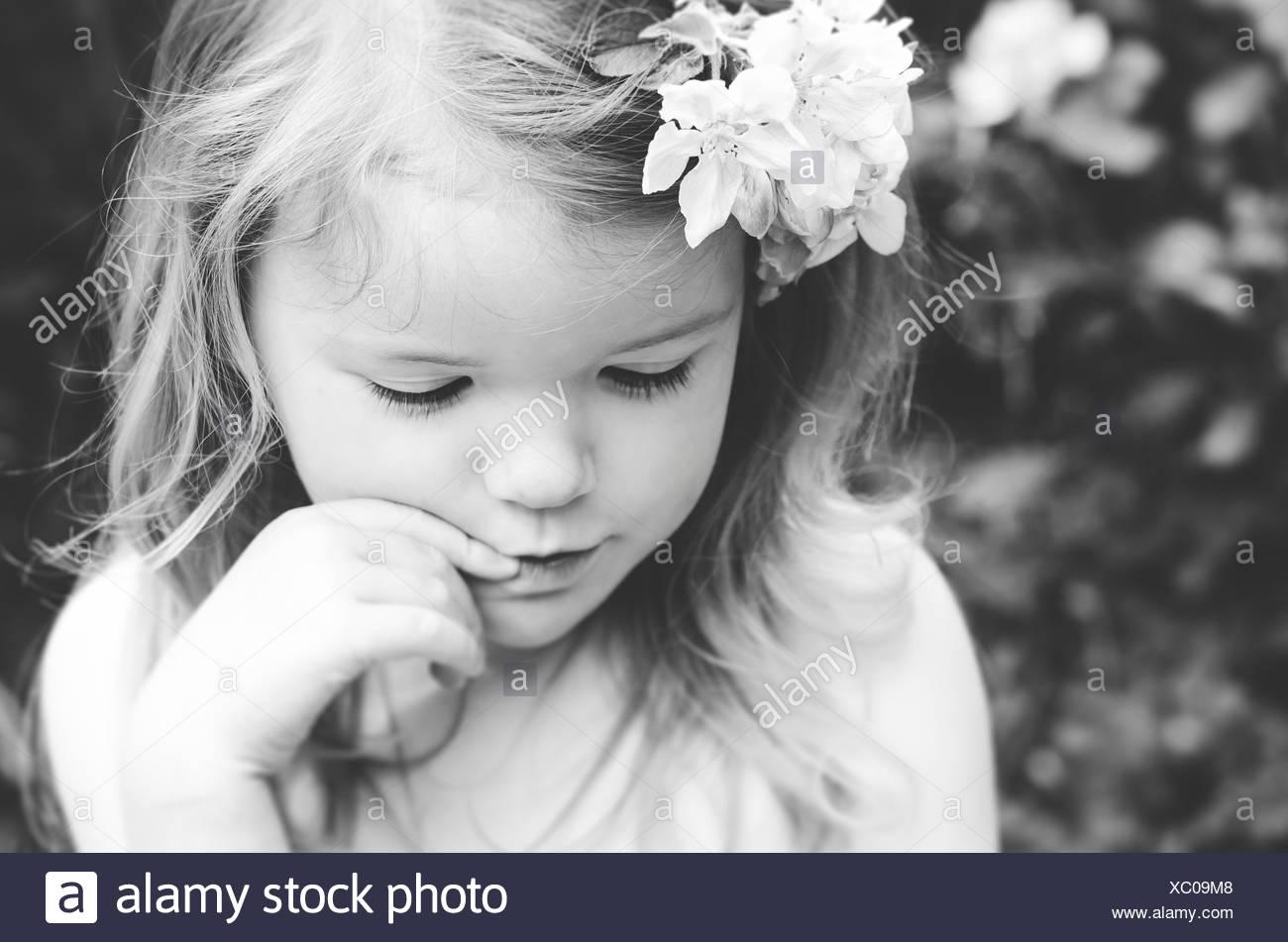 Portrait d'une jeune fille avec des fleurs dans ses cheveux Photo Stock