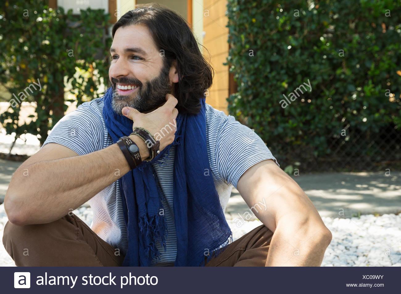Smiling man with beard et foulard à l'écart Photo Stock