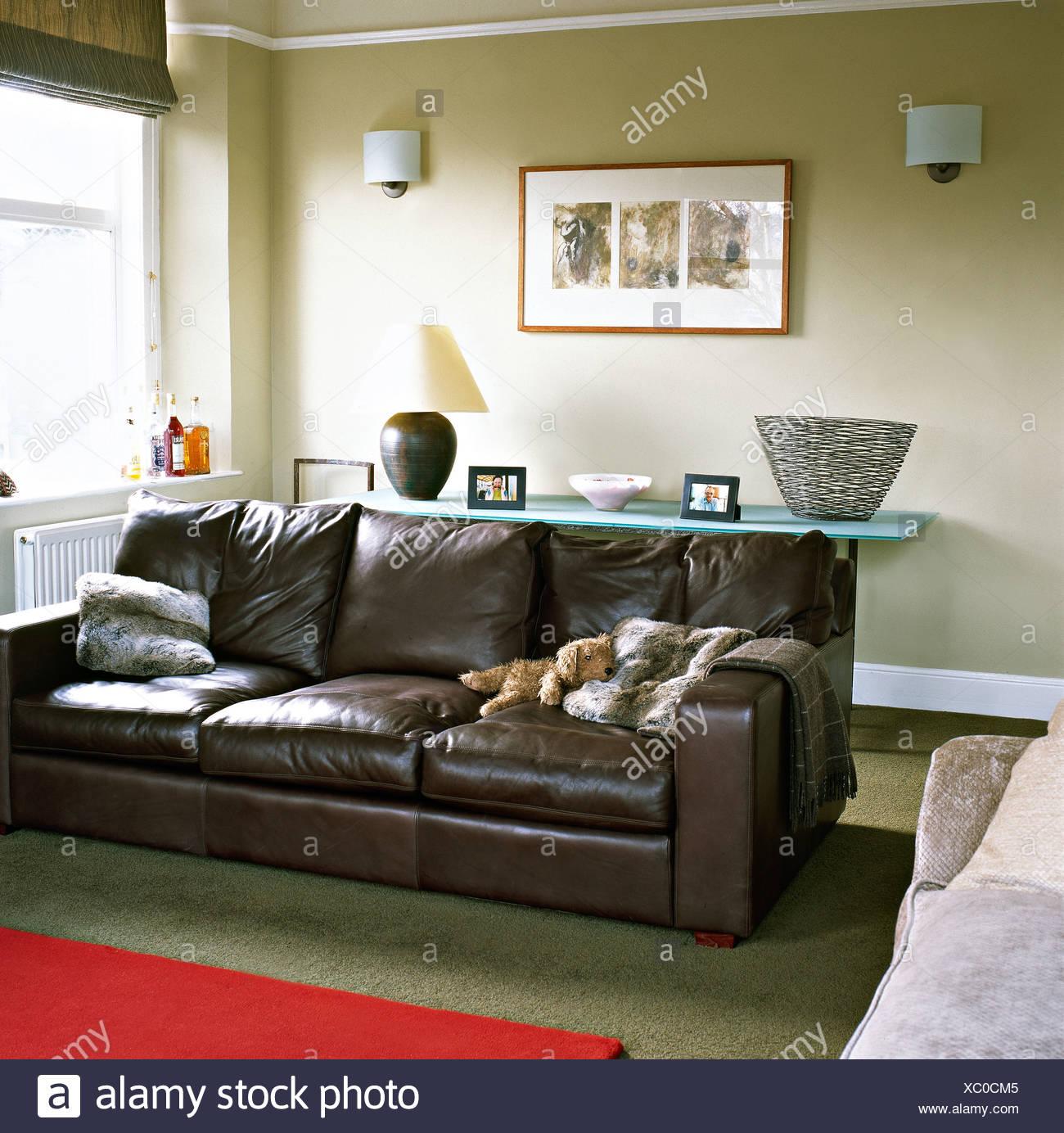 Canapé en cuir marron avec fausse fourrure coussins de salon ...