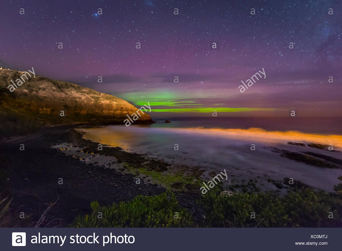Lumières du sud, Aurora Australis sur la mer, les dunes de sable, deuxième plage, Dunedin, Otago, Nouvelle-Zélande, Southland Photo Stock
