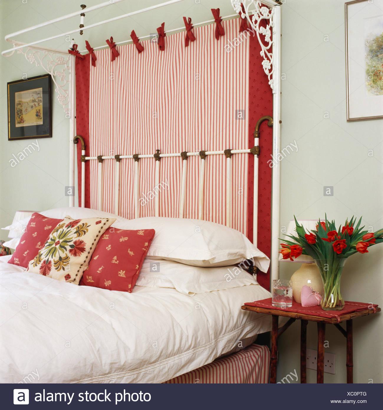 Chambre vert pâle avec du rouge +blanc rayé drape sur lit à ...