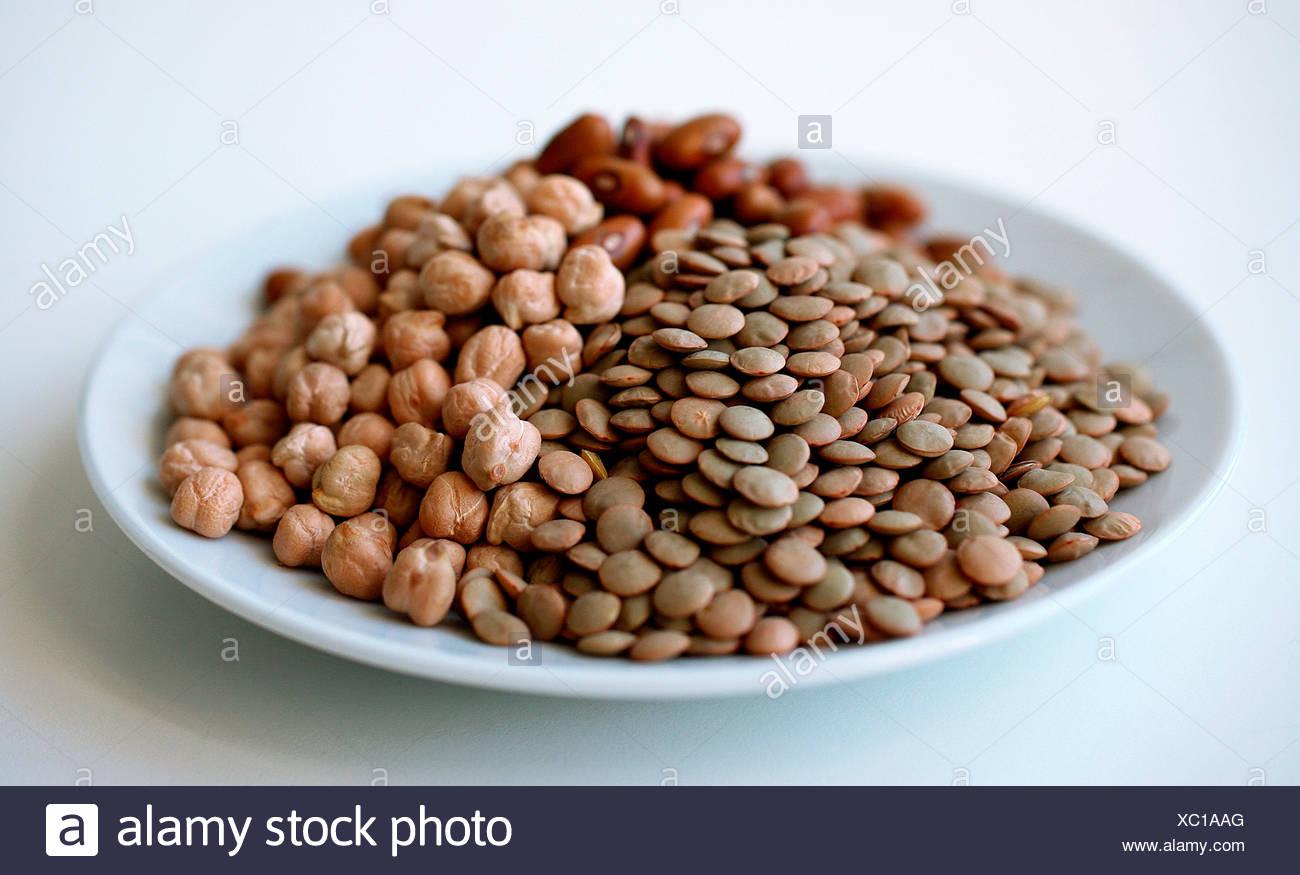 Close-up de lentilles, de pois chiches et de fèves Photo Stock
