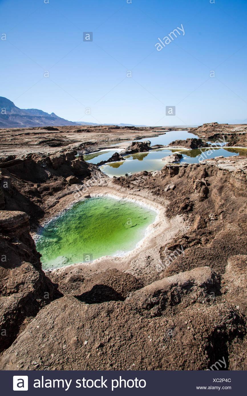Piscines d'eau dans les trous de l'évier sur la rive de la Mer Morte, Israël Photo Stock
