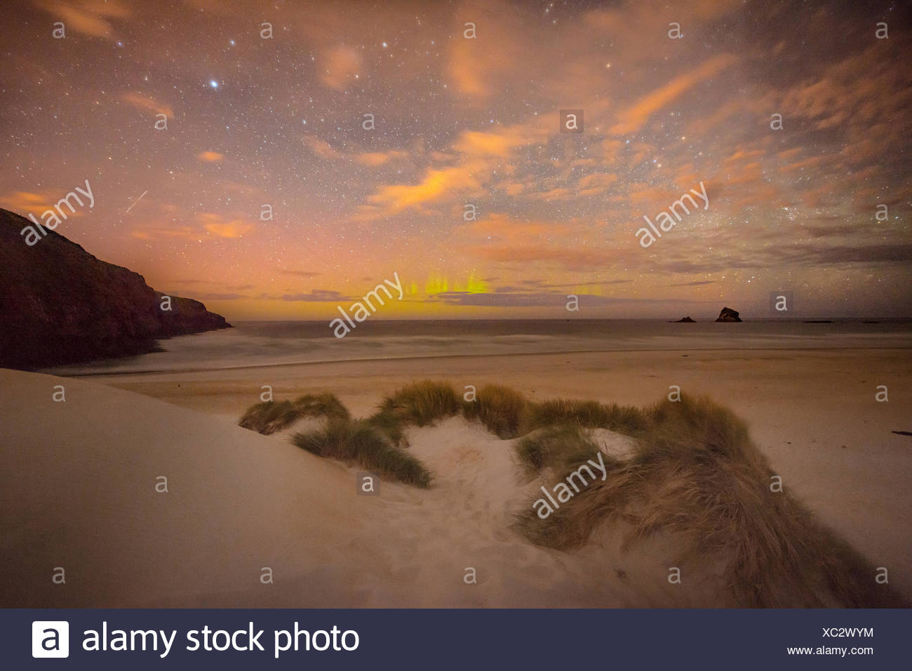 Lumières du sud, Aurora Australis sur la mer, les dunes de sable, la baie de phlébotome, Dunedin, Otago, péninsule d'Otago, Southland, Nouvelle-Zélande Photo Stock