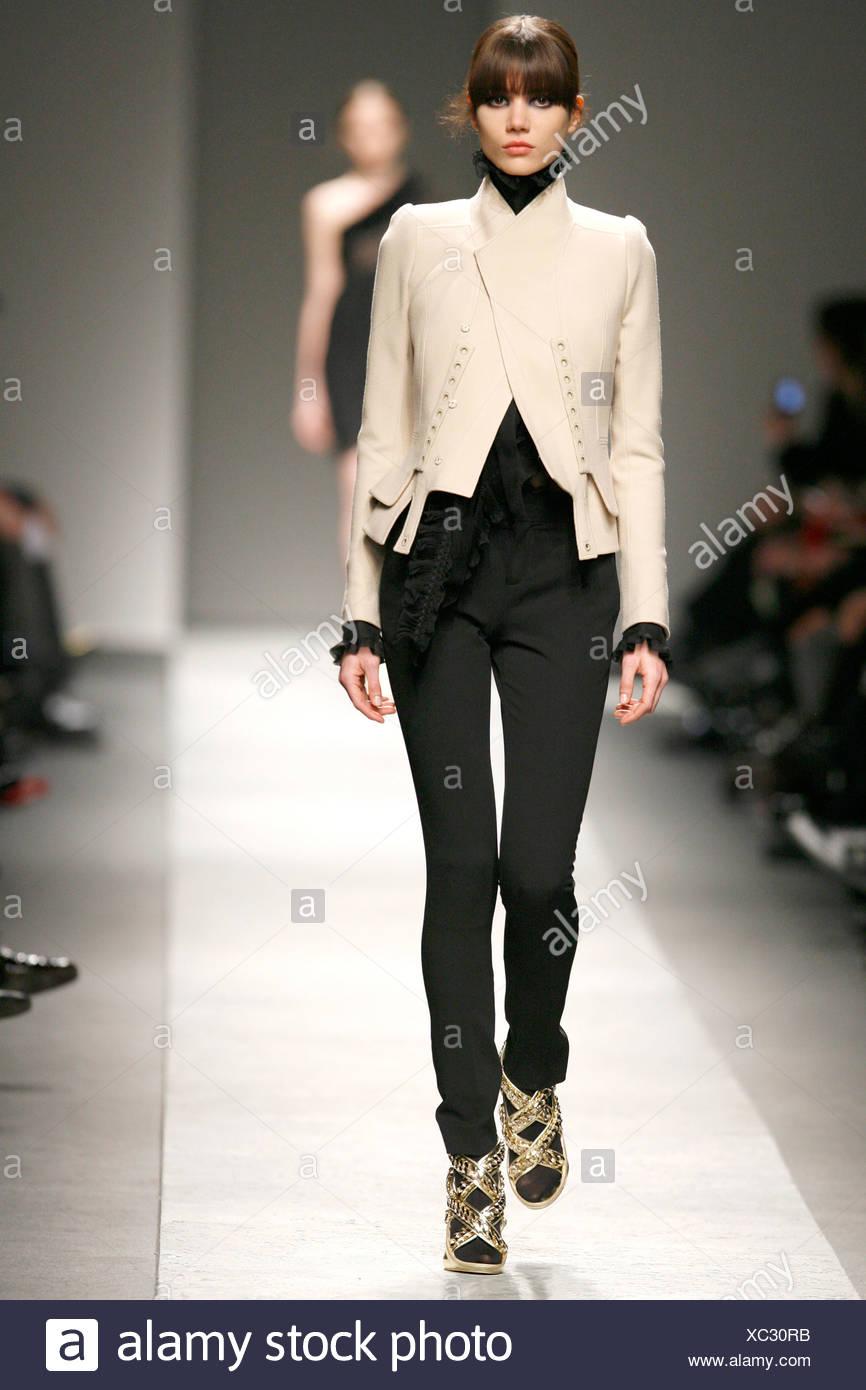 Givenchy Paris Prêt à Porter Automne Hiver mannequin portant un pantalon  noir serré eb43298c26e