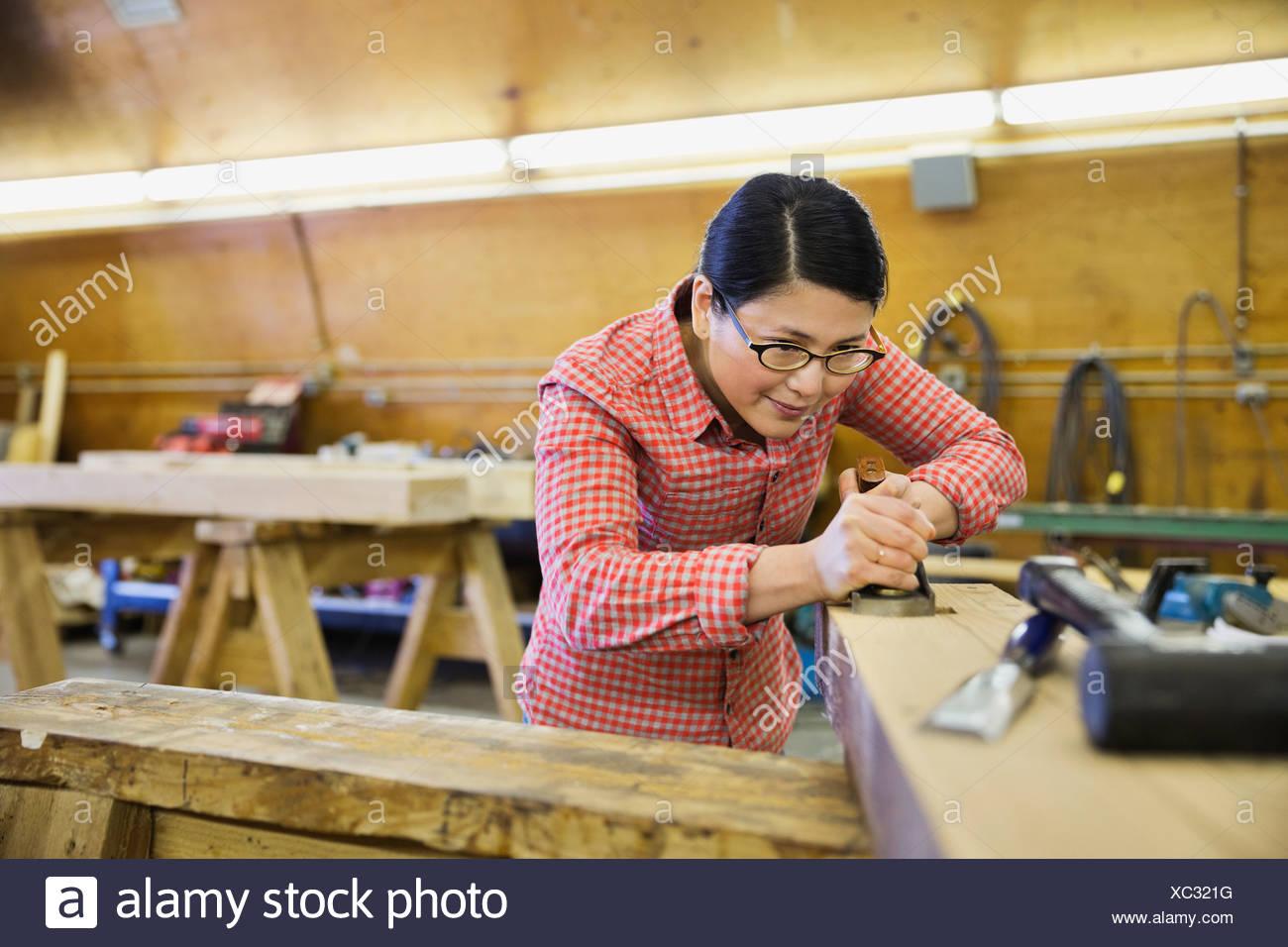 À l'aide d'avion sur bois poutre en bois Photo Stock