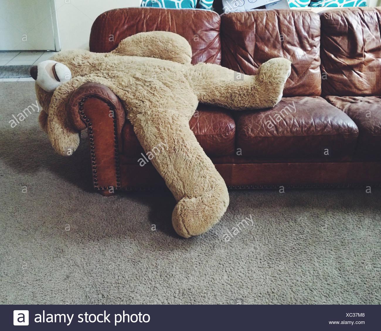 Ours en peluche portant sur la table Photo Stock