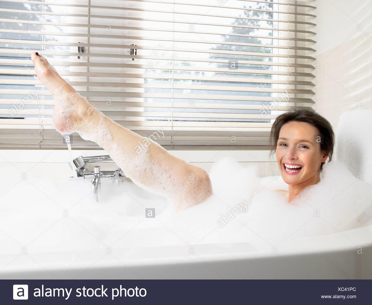 super mignon sélectionner pour véritable Prix 50% Femme dans la salle de bains, prendre un bain Banque D ...