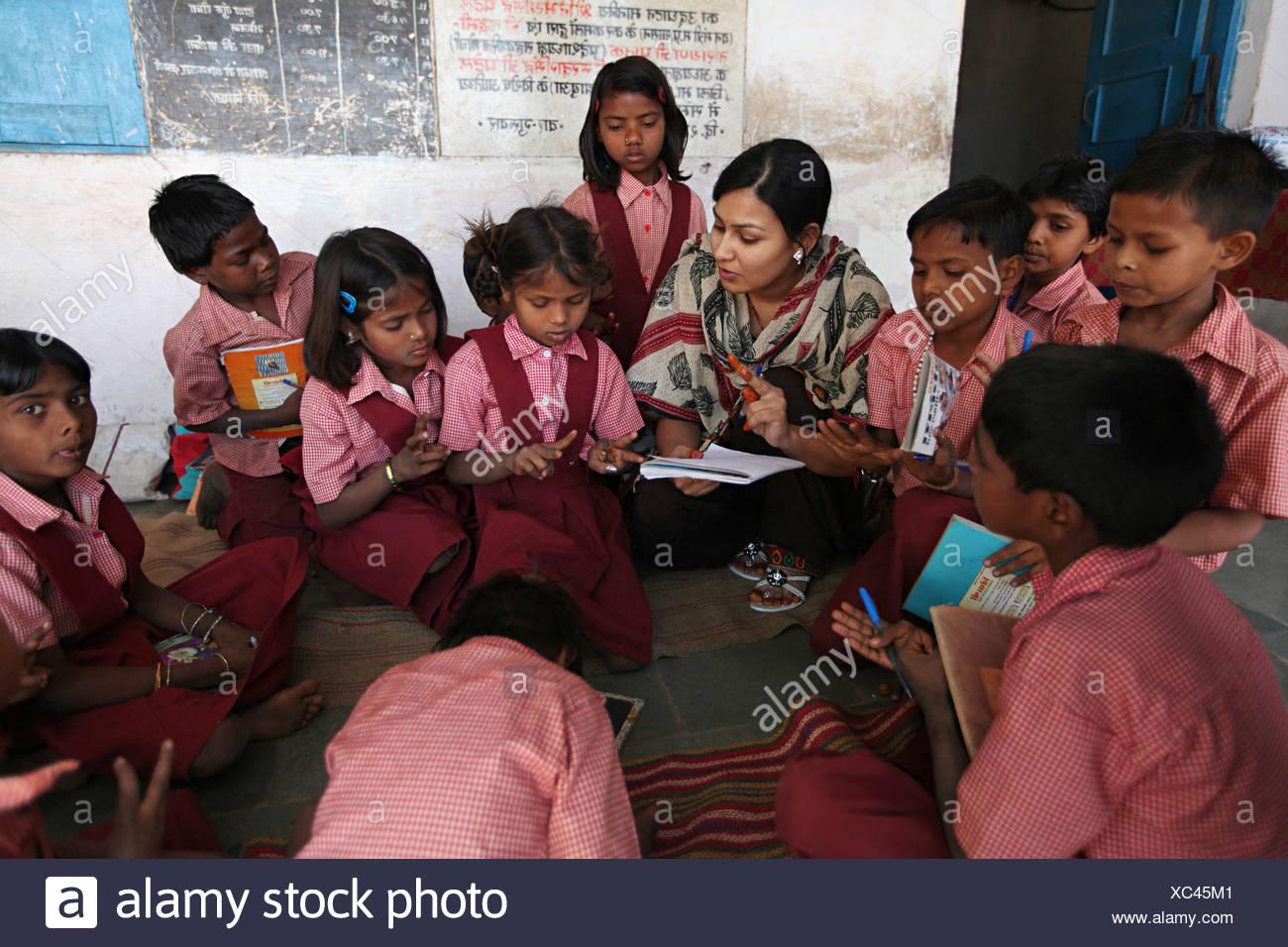 Vue d'une salle de classe avec les élèves et l'enseignant. L'école à l'Ashram, Rangapura Zabua, Madhya Pradesh district Photo Stock