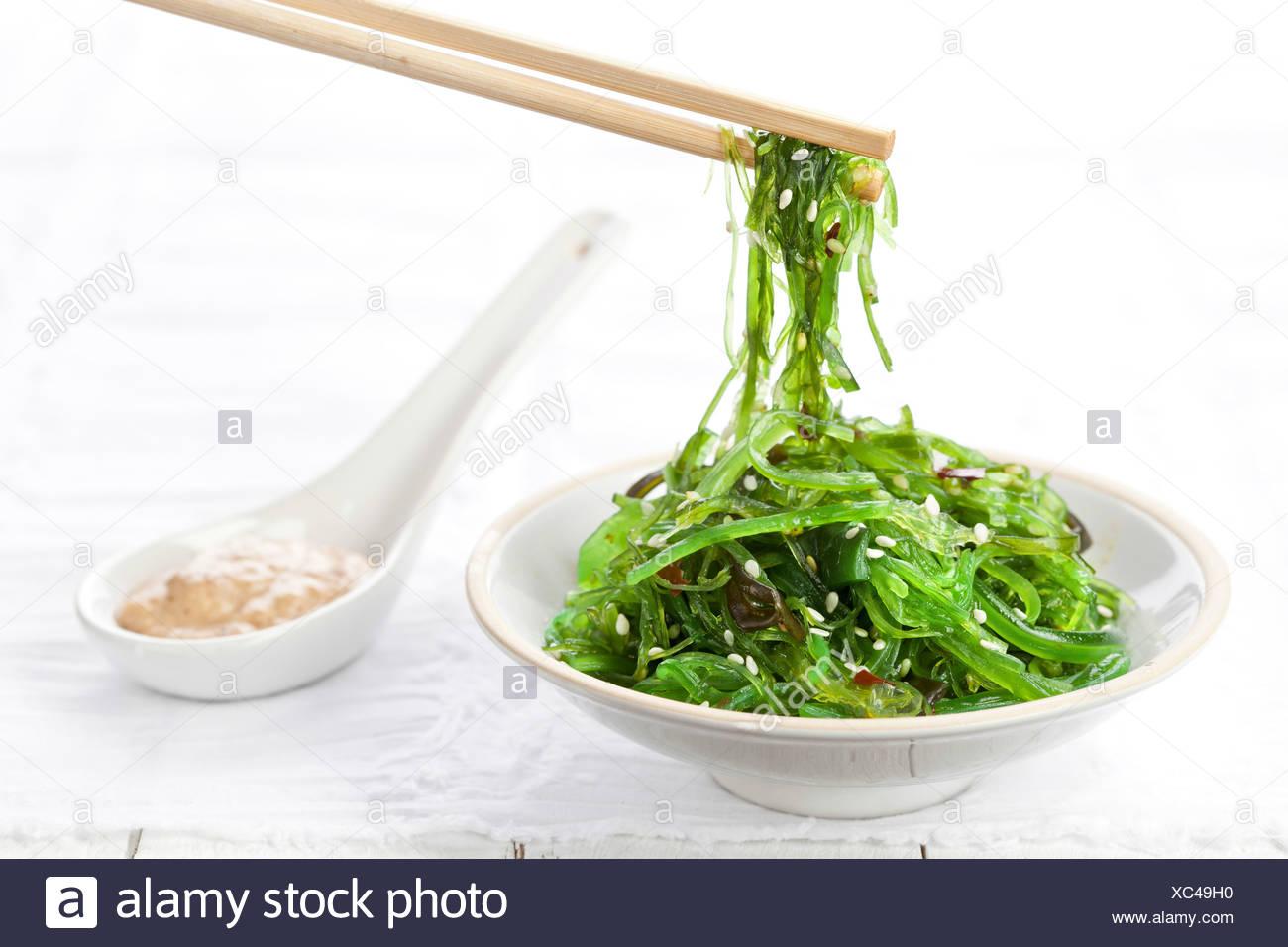 Bol de salade d'algues parsemé de graines de sésame Photo Stock