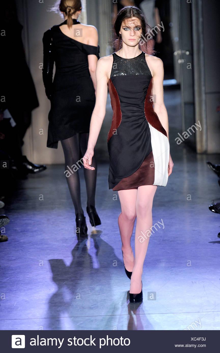 Rue du Mail Paris Prêt à Porter automne hiver robe courte sans manches et  les escarpins 5a03e4065c9